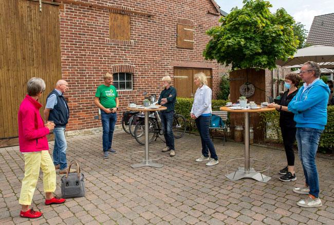 Der Start des Dorfspaziergangs bei Reinkenhoff...