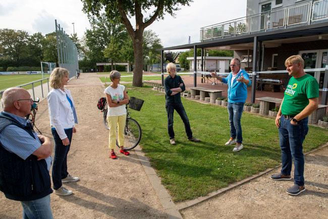 Vor dem Sportlerheim des SuS Blau-Weiß: (v.l.): Hanno Wagemann, Barbara Köß,  Marita Brormann, Herbert Glunz Finkenberg, Hubert Pötter und Norbert Bökamp