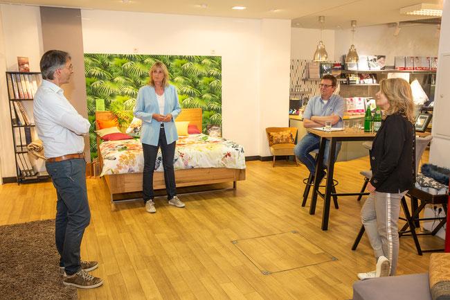 Konstruktives Gespräch in der Verkaufsausstellung des Textilhauses mit  (v.l) Jörg Tippkemper, Barbara Köß, Grünen-Ratskandidat Ludger Reckmann und Silke Tippkemper.
