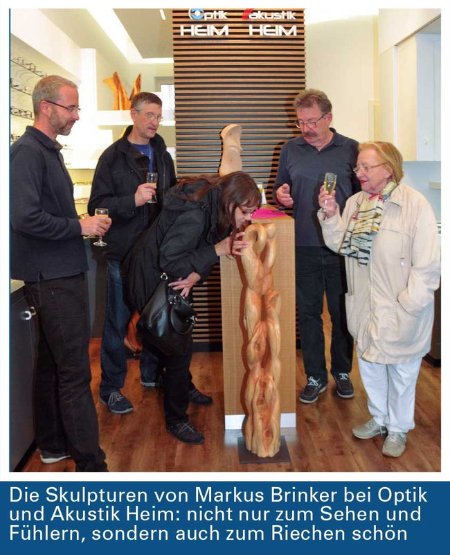 Vernissage der Ausstellung bei Optik & Akustik Heim mit Hr. Heim (2.v.r), Markus Brinker (li.) und Besuchern