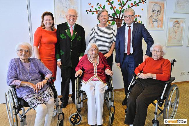 Vernissage Lebenslinien! Herzlichen Dank für die wunderbare Eröffnung an Bürgermeister Klaus Luger, Vizebürgermeisterin Karin Hörzing, Konsulent Adolf Öhler und meinen schönen Modellen Paula Eder (100), Helene Kühnel (100), Emma Dirnberger (92).