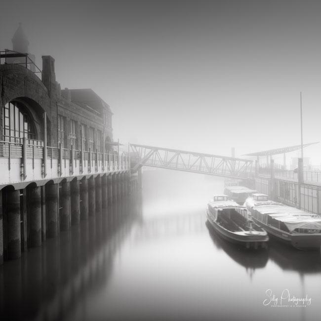 Hamburg / Landungsbrücken, St. Pauli, Barkassen, Nebel, Langzeitbelichtung, 2020, ©Silly Photography