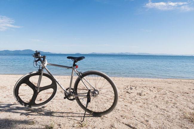 滋賀県琵琶湖砂浜とレンタル自転車