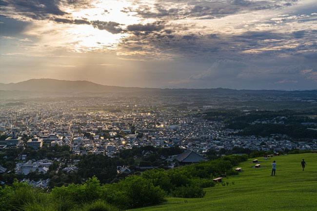 奈良の若草山の一重目頂上からの夕焼け