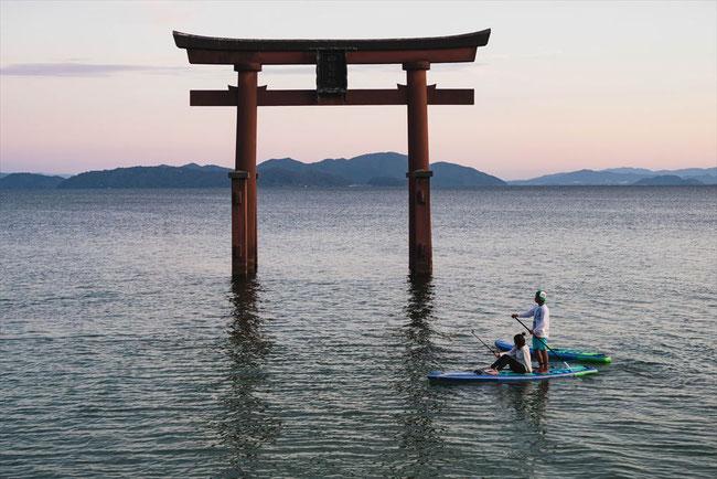 滋賀県琵琶湖「白髭神社」の夕焼けの鳥居