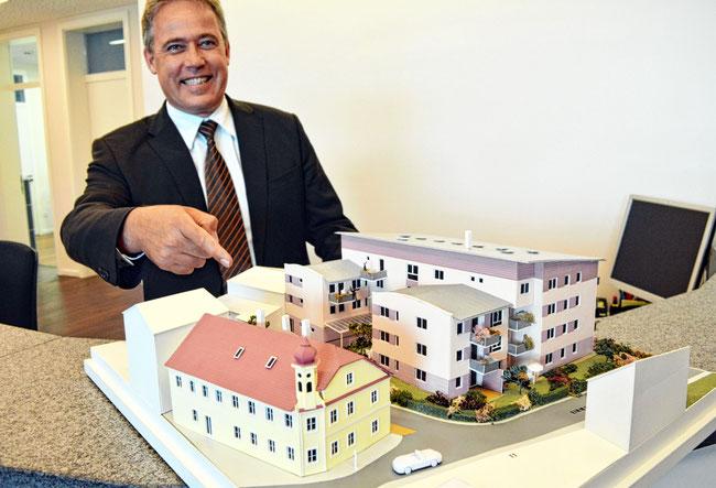 Foto: Bauherr Richard Balk mit Objektmodell, OVB Heimatzeitungen