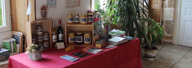 présentation des produits de miel et goûter d'antan à Pouffonds 79