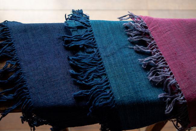 濃淡本藍染のショールと草木染ラックダイのショール