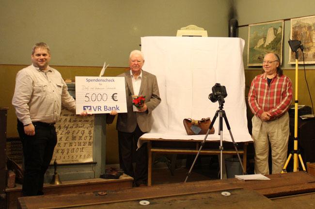 Die Freude über die Spende von 5.000 Euro, die Hans Gerhard Ramler (Mitte) dem Förderverein des Dorf- und Schulmuseums Schönwalde quasi als Weihnachtsgeschenk überbrachte, war beim 1. Vorsitzenden Marc Dobkowitz (l.) und Honorarkraft Gerrit Gätjens groß.