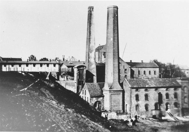 Rückansicht noch mit den Schornsteinen, die vor 1922 abgerissen wurden.