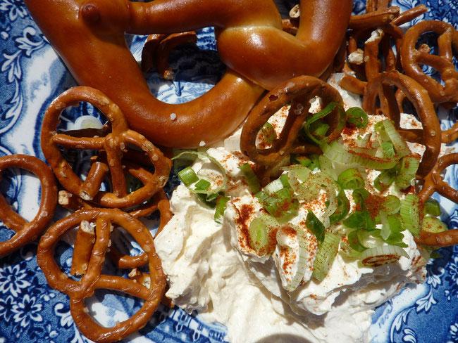 Spundekäs' and Bretzel on a plate