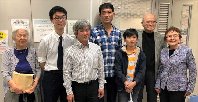 越文明氏(左から三人目)と田村家の家族