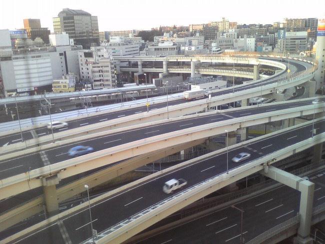 横浜駅東口の高速インターチェンジ風景