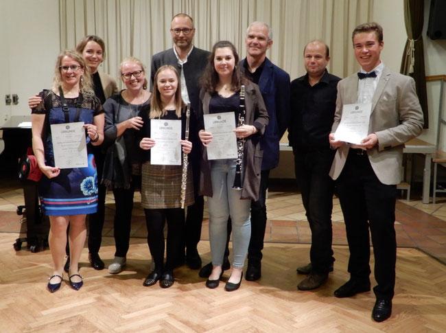 Dir. Mag. Gerhard Forman mit den erfolgreichen AbsolventInnen und deren LehrerInnen.