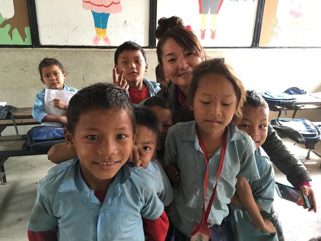 Son of Lightが設立した SHREE JANAJAGRITI PRATHMIJC VIDHYALAYA (Primary School)の子どもたちと