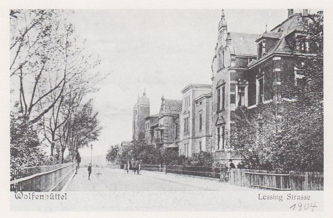 Lessingstraße 1904. Am Ende der Straße rechts ragen die beiden Türme der Synagoge hervor.