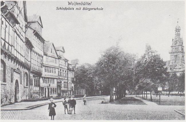 Wahrscheinlich Wolfenbüttels ältesten Fachwerkhäuser aus Mitte des 16. Jahrhunderts (Schlossplatz 15-17).