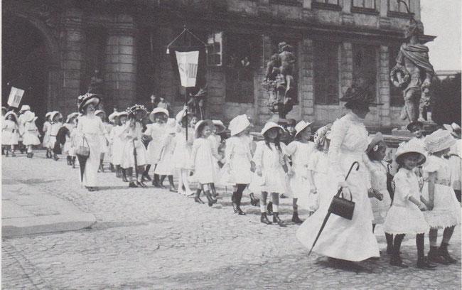 Schülerinnen der höheren Töchterschule kommend aus dem Schloss. Die Mädchen kamen damals gleich ins Schloss, während die Jungen zunächst die Bürgerschule besuchen mussten. Bild ist aus dem Jahre 1910.