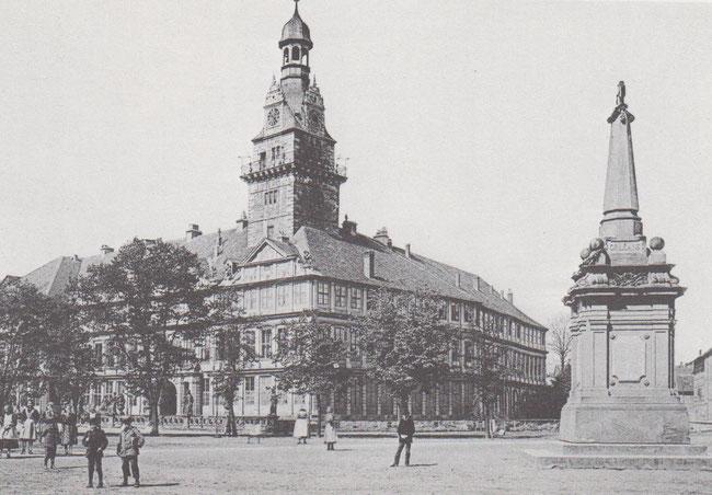 Schlossplatz mit Kriegerdenkmal.