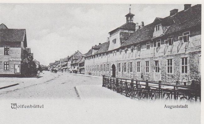 Rechts im Bild das Waisenhaus in der Auguststadt. Das Waisenhaus wurde 1698 von Elisabeth Juliane gestiftet, nachdem das Armenhospital im Gotteslager eingegangen war. Es diente auch als Witwen- und Armenhaus.