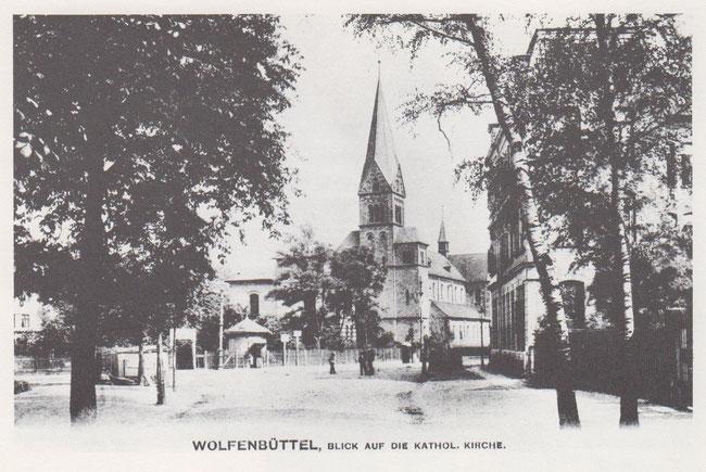 Die katholische St. Petrikirche um die Jahrhundertwende am Schulwall. Neben dem runden Kiosk ist noch der alte Garteneingang zum Kronprinzen zu erkennen.