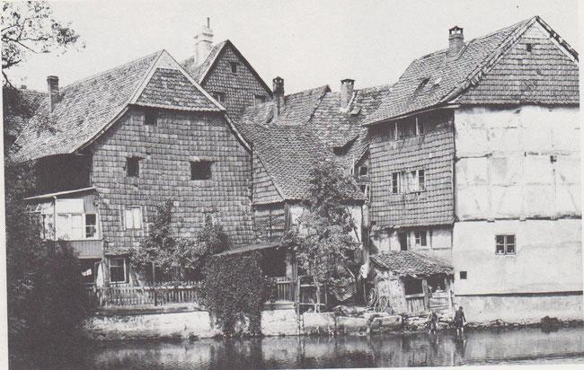 Von der Schleusenbrücke des Schulwalls bot sich dem Betrachter ein idyllischer Blick auf die Hinterhäuser des Großen Zimmerhofes.