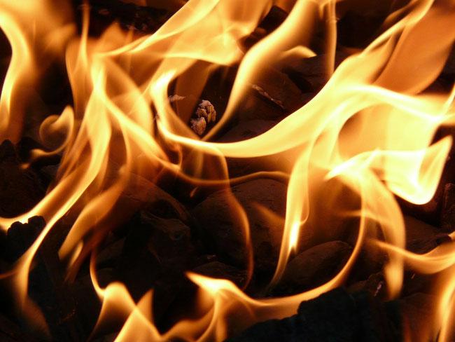 Juda forderte, dass Tamar mit Feuer verbrannt werden soll. https://www.freudenbotschaft.net/gleichnisse/das-biblische-gleichnis-von-der-sich-als-hure-darstellenden-palme/
