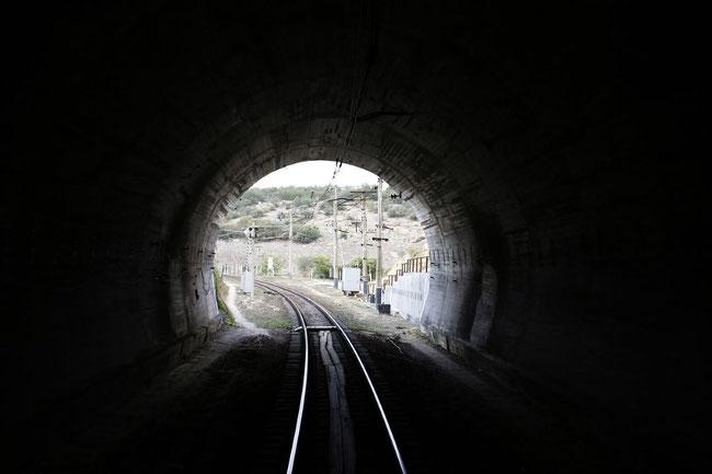 Der finstere Tunnel ist individuell verschieden lang, aber am Schluss mündet er in das Licht Gottes.