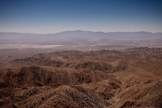 In der Wüste Sinai schloss Gott einen Ehebund mit Israel. Hier stiegen Moses, Aaron und Hur auf einen Hügel. https://www.freudenbotschaft.net/gleichnisse/das-biblische-gleichnis-vom-erhobenen-stab-gottes/