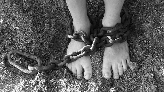 Wer Jesus nicht zum Herrn hat, ist ein Gefangener Satans, auch wenn ihm das nicht bewusst ist. Die Ketten des Bösen binden ihn an das Irdische dieser Welt.