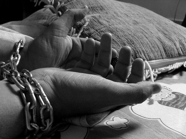 Pseudofromme Menschen sehen die Ketten an ihren zum Gebet erhobenen Händen nicht.