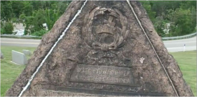 Die Inschrift der Steinpyramide über C.T. Russells Grab