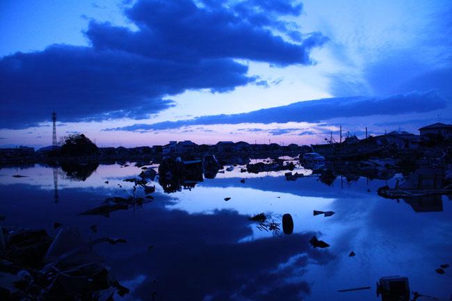 田んぼに海水が入ってできた池。間もなく日の出。