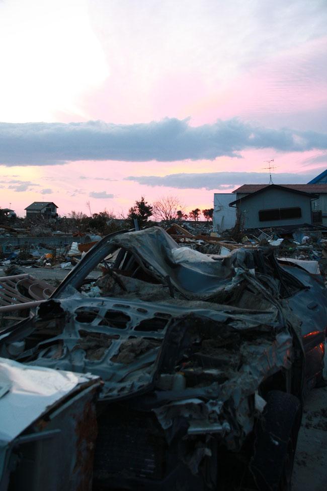 瓦礫と朝陽。荒浜地区にて。
