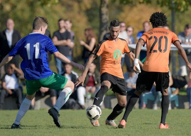Im Stadtderby versucht Laurenz Baaß (l., TSV Amicitia), sich gegen den 1:0-Torschützen Hussin al Nemr und Mousar Sarr von der SG Viernheim durchzusetzen. Das Spiel endete 1:1-Unentschieden. © Nix