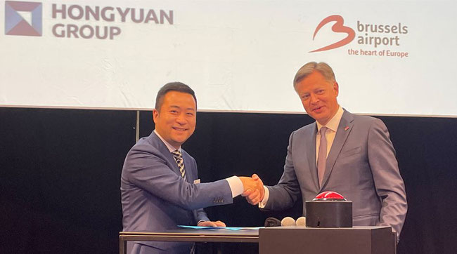 Hongyuan's General Manager Europe Business Division Cling Guo and Brussels Airport's CEO Arnaud Feist signing the MOU - photos: CFG / ms