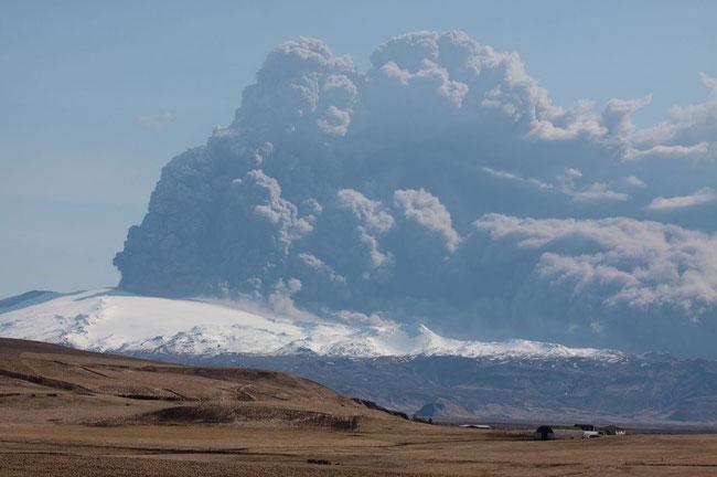 Eyjafjallajokull volcano plume 17APR10. Image courtesy of Boaworm