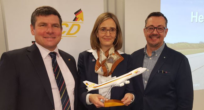 Dorothea von Boxberg flanked by ACD President Christopher Stoller (left) and ACD VP Mathias Jakobi  -  photos: hs