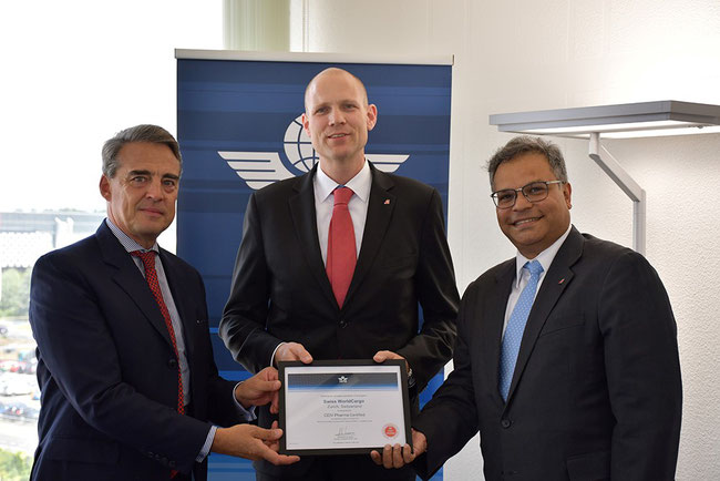 Photo left to right: IATA chief Alexandre de Juniac hands over the CEIV certificate to CFO Michael Niggemann of Swiss International Air Lines and Ashwin Bhat, Head of Swiss WorldCargo  -  photo: SWC