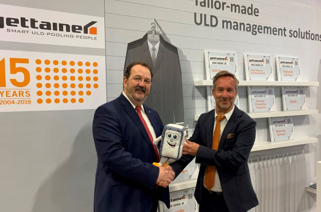 Happy about the new lease agreement: Georges Biwer of ABC and Martin Kraemer, Jettainer