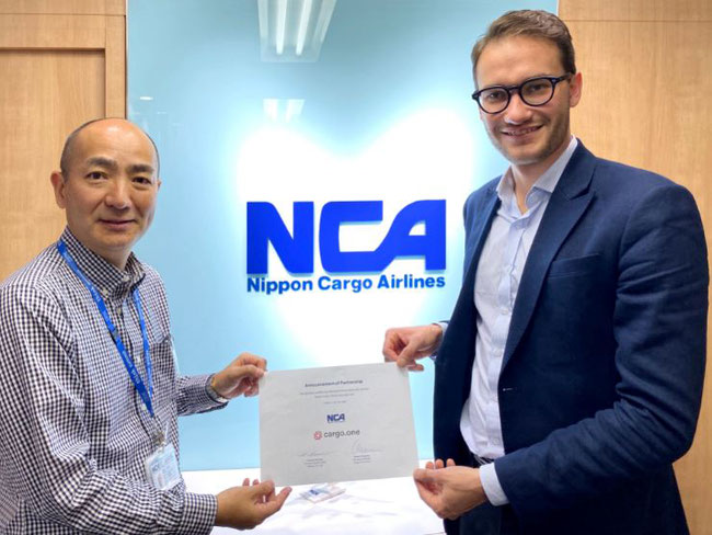 """Announcement of Partnership"" proudly presented by Satoshi Shimura of NCA and cargo.one's Moritz Claussen   -  photo: cargo.one"