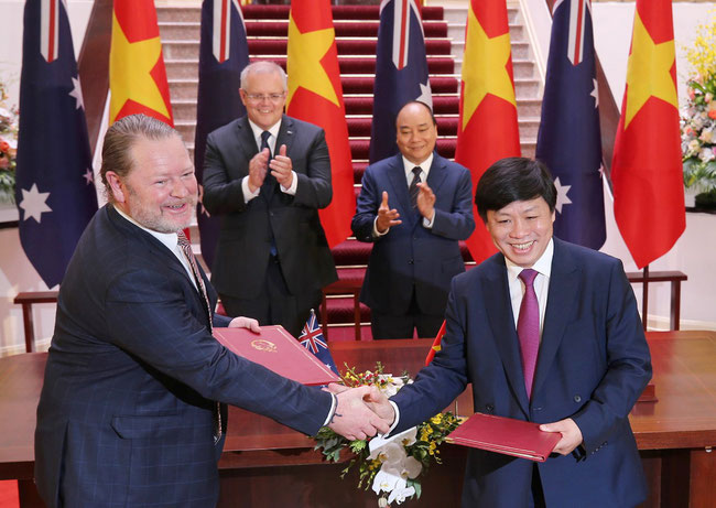 Sovico chairman Nguyen Thanh Hung (right) and Avalon Apt CEO David Fox with the signed MoU witnessed by Vietnamese PM Nguyen Xuan Phuc and PM of Australia Scott Morrison  -  courtesy Sovico Group
