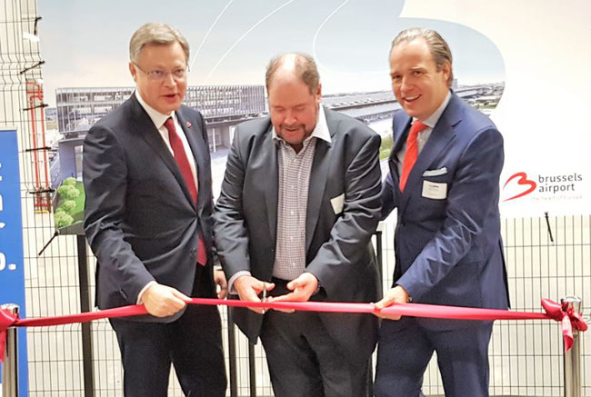Ribbon cutting (l to r): Brussels Airport Company CEO Arnaud Feist  /  WFS Executive VP-Cargo EMEAA John Batten  /   Montea CEO Jo De Wolf  -  photos: ms