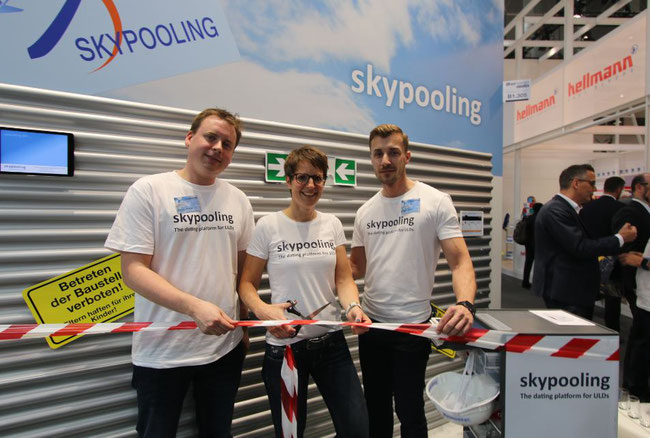 Christine Klemmer of Skypooling cuts the ribbon, sealing the Jettainer membership. Assisting are Matthias Brinken (left) and Andreas Reiter – photo: hs