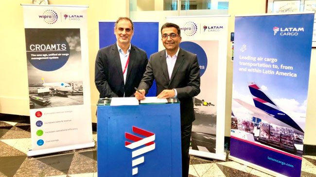 Andrés Bianchi of LATAM Cargo (left) and Wipro's Deviprasad Rambhatla signing the contract  -  photo: LATAM Cargo