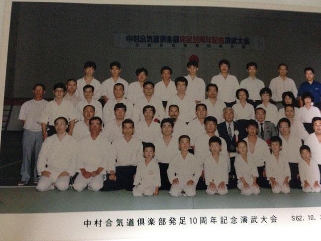 佐柳先生・・・前から三列目の左側のスーツの男性 谷本館長・・・前から三列目の左から四人目