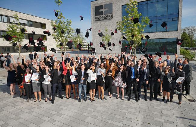 Absolventinnen und Absolventen vor der Hochschule Hamm-Lippstadt