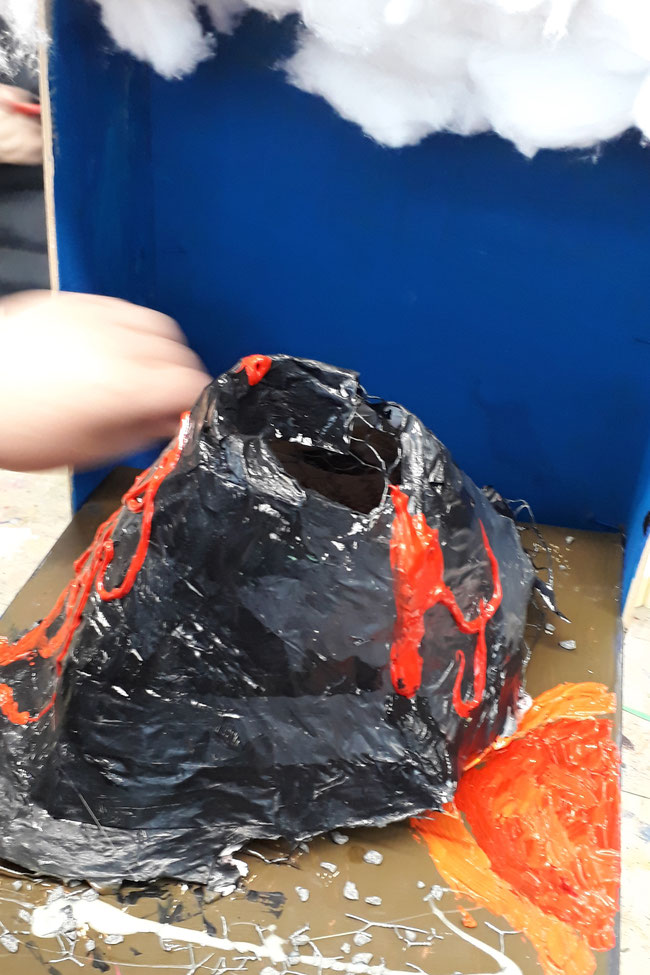Vulkanmodell, aus Hasendraht als Unterkonstruktion. Bemalt mit Acrylfarbe.