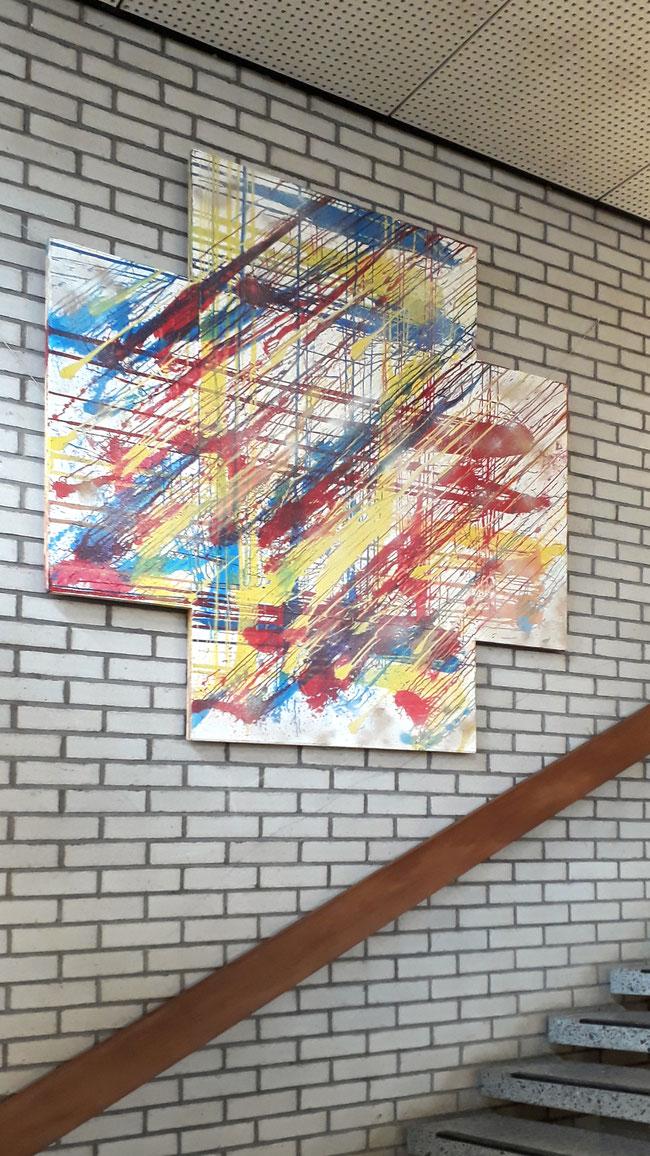 Wandobjekt aus Holz mit Farbflecken aus geplatzten Luftballone.