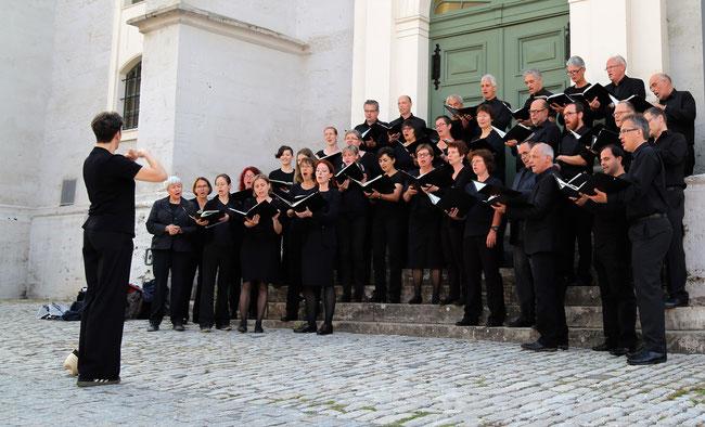 Das Bonner Vokalensemble vor der Herderkirche in Weimar 2017. Foto: Bonner Vokalensemble